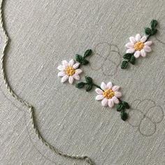 *思いつき*樋口愉美子さんのミセス連載も終わり、樋口ロスから立ち直るべく1年を通して刺しゅうで何かやってみたいと動き出しました。*途中で投げ出すかもしれませんが、そこも含めてお付き合い下さいませ。**#embroidery #flowerembroidery #刺繍 #花刺繍 #簡単ステッチ #季節の花 #続けられるか私 #バックれたらごめんなさい Hand Embroidery Videos, Hand Embroidery Stitches, Embroidery Thread, Machine Embroidery, Floral Embroidery Patterns, Embroidery Fashion, Hand Embroidery Designs, Brazilian Embroidery, Sewing Art