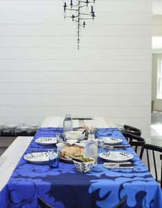 Tiina Laakkonen's home in Hamptons. Finnish design mixed with indigo shades. Furniture by Ilmari Tapiovaara/Artek, prints Marimekko. Table and glassware Iittala