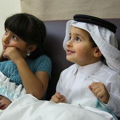 Shamsa bint Hasher y Mohammed bin Hasher bin Maktoum Al Maktoum visitando al recién nacido, Saeed (hijo de Madiya bint Majid bin Maktoum Al Maktoum), 16/07/2016. Vía: latifaalnahyan