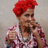 Cuban cigar woman in Old Havana This woman looks like a lot of fun! I hope I can visit cuba soon, the people always look so full of life! Cuban Women, Havana Nights Party, Women Smoking Cigars, Cuban Cigars, Havana Cigars, Portraits, People Of The World, Interesting Faces, World Cultures