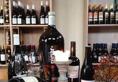 Wijnen van Houke is een wijnwinkel & proeflokaal gelegen aan de Houkesloot. Dus niet in een drukke winkelstraat maar aan het prachtige vaarwater tussen Sneek en het Sneekermeer. De rust die hier aanwezig is past uitstekend bij het tempo waarop onze wijnboeren hun druiven telen en de rijping van de latere wijn plaatsvind.