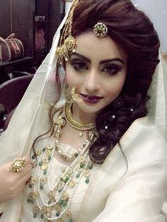 Mughal inspired bridal look Bridal Outfits, Bridal Dresses, Bridal Looks, Bridal Style, Wedding Wear, Wedding Bride, Pakistan Bride, Hairstyles For Gowns, Muslim Women Fashion