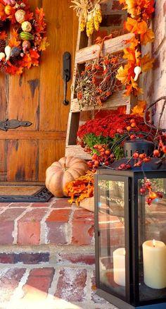 Terasz stílusok - ősz:  Az őszi termések felhasználhatósága igen sokrétű, hiszen ajtódísz, dekoráció, evőeszköz is készíthető belőlk, de bizony a kerti szerszámok ugyanilyen hasznosak lehetnek a megfelelő hangulat kialakításában. Egy egyszerű fa létra is nagyszerű ötlet lehet a díszítés során.
