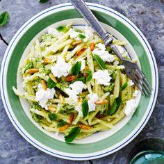 Feta-kesäkurpitsakastike | Me Naiset Feta, Risotto, Zucchini, Side Dishes, Vegetarian Recipes, Cabbage, Dinner, Vegetables, Ethnic Recipes