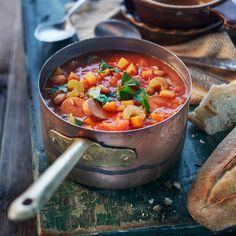 Heerlijke vegetarische Spaanse tomatensoep met witte bonen, winterwortel, bleekselderij. Makkelijk en snel te maken.   #proefdevakantie #samenmetcoop #spanje #spaanseten #recepten #tomatensoep #soep #maaltijdsoep #makkelijk Healthy Crockpot Recipes, Soup Recipes, Cooking Recipes, Spanish Soup, Vegan Life, Lunches And Dinners, Diy Food, Tasty Dishes, Soups And Stews