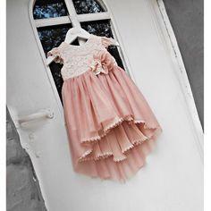 Φόρεμα με ουρά, με κορδονέ δαντέλα, τούλι και μουσελίνα στο χρώμα της πούδρας, με εσωτερική επένδυση από 100% βαμβάκι. ΠΛΗΡΟΦΟΡΙΕΣ: Βγαίνει και σε ιβουάρ. Κωδικός Προϊόντος: ΡΚ.27 Girls Dresses, Flower Girl Dresses, Tulle, Wedding Dresses, Skirts, Fashion, Dresses Of Girls, Bride Dresses, Moda