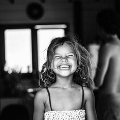 Eu amo as pessoas que me fazem rir. Sinceramente, acho que é a coisa que eu mais gosto, rir. Cura uma infinidade de males. É provavelmente a coisa mais importante em uma pessoa.  Audrey Hepburn