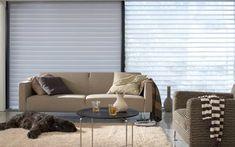 Met de ingenieuze constructie van zachtjes draaiende stoffen lamellen die tussen twee lagen doorzichtige stof hangen krijgt uw woning een subtiele luchtigheid. Zo kunt u de sfeer eindeloos variëren door de lamellen zodanig te draaien dat u meer of minder licht door uw kamer laat gaan.
