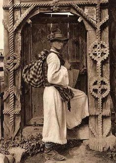 Rural Romania didn't change much since the days when their country was called Dacia. Romanian peasant man in traditional clothing in front of traditional wooden gate - source: romanian people History Of Romania, Romania People, Transylvania Romania, Fine Art Photo, Europe, Vintage Pictures, Old Photos, Sketches, House
