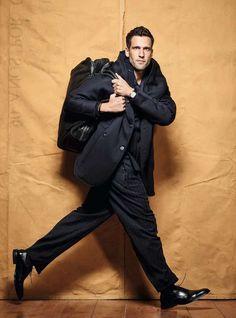 Veja como adequar a mala de viagem ao seu estilo Mens Fashion, Fashion Outfits, Gentleman Style, Pose Reference, Sensual, Travel Tips, Style Me, Tourism, Winter Jackets