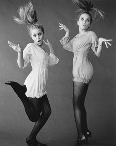 Мэри-Кейт Олсен (Mary-Kate Olsen) и Эшли Олсен (Ashley Olsen) в фотосессии Пегги Сирота (Peggy Sirota) для журнала Vanity Fair (2002), фотография 4