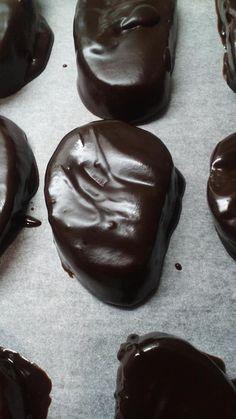 """Η Συνταγή είναι της κ. Sofia Lelidou – """"ΟΙ ΧΡΥΣΟΧΕΡΕΣ / ΗΔΕΣ"""". Υλικά 3 πακέτα μπισκότα Oreo ή μπορούμε να τα βάλουμε ανάμεικτα με πτι-μπερ 180 γρ. τριμμένη καρυδόψυχα 150 γρ. Βούτυρο λιωμένο 400 γρ Nutella Για το γλάσο"""