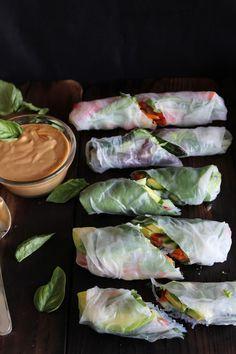 This Rawsome Vegan Life: fresh summer rolls with basil, avocado, kale + spicy garlic peanut sauce. I love summer rolls. Healthy Recipes, Raw Food Recipes, Asian Recipes, Healthy Snacks, Vegetarian Recipes, Healthy Eating, Cooking Recipes, Veggie Recipes, Cooking Tips