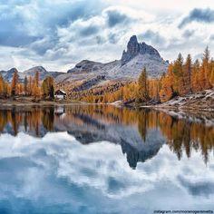 Enjoy this #Autumn view of Fedèra lake in the #Dolomites #FoliageinItaly #Italia #Italy #ilikeitaly #autunno #foliage #leaves #Dolomiti #Veneto