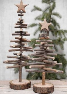 Alternative wood Christmas tree with a lovely star on top. It's a great rustic decor for a modern farmhouse! You can find other great Christmas decor pins on ItalianArtDeco! decorations christmas DIY de Noël - PLANETE DECO a homes world