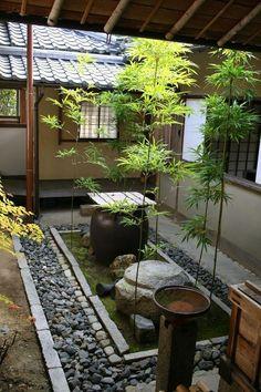 asientos comodos dentro del jardin decorado como japones