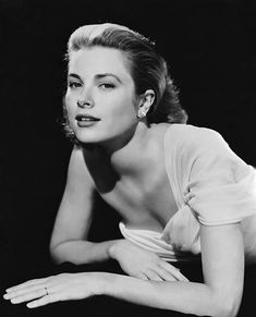 A highly popular film actress in the Grace Kelly starred in movies such as Dial M for Murder and To Catch a Thief. She married Prince Rainier III of Monaco. Grace Kelly Photo Re-print. Hollywood Fashion, Hollywood Actresses, Actors & Actresses, Divas, Golden Age Of Hollywood, Old Hollywood, Hollywood Glamour, La Main Au Collet, Princesa Grace Kelly