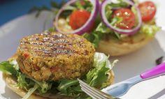 Un hamburger di ceci è la variante vegana per chi vuole gustare tutto il sapore di un buon panino, senza rinunce. In questa ricetta la carne è sostituita completamente da ceci e verdure, per un risultato davvero goloso, da arricchire con la maionese vegan, senza uova (RICETTA QUI).