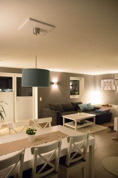 Wohnzimmer in grau gestrichen mit weißen Möbeln als Akzent