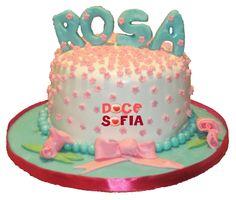 O bolo da professora Rosa!  Bolo de cappuccino regado com calda de café, recheado com mascarpone de amêndoa e coberto com ganache chocolate preto.  Decoração feita em pasta de açúcar. — em Vila do Conde