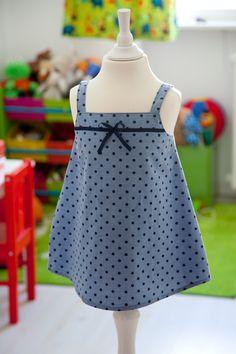 Aus aussortierten Blusen oder Herrenhemden kann man viele tolle Sachen machen, z.B. ganz einfach ein Kinderkleidchen nähen. In diesem Fall habe ich eine Damenbluse mithilfe eines Schnittes* verändert. Als Vorlage könnten aber auch vorhandene Kleider dienen. Aus dem Vorder- bzw. … mehr