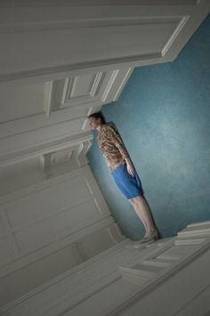 平凡空間的顛覆視角:攝影師Cristina Coral以日常中的突兀肢體,質疑人們的習慣性認知 - The Femin