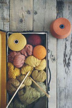 the peony and the bee lovely warm fall yarn colours Knitting Wool, Wool Yarn, Yarn Inspiration, Ideias Diy, Yarn Stash, Yarn Colors, Knitting Projects, Knitting Ideas, Fiber Art