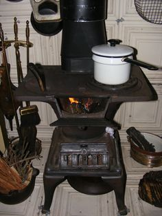Living off the grid. Love this stove. Wood Stove Cooking, Kitchen Stove, Old Kitchen, Vintage Kitchen, Kitchen Decor, Antique Wood Stove, How To Antique Wood, Old Wood, Old Stove