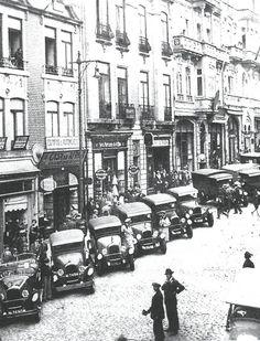 Rua de Sá da Bandeira nos inícios da década de 1930. www.webook.pt #webookporto #porto #vintage Old Pictures, Old Photos, Porto City, Douro, Portuguese, Travel Inspiration, Past, Around The Worlds, Black And White