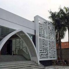 Kaligrafi GRC Krawangan Mosque Architecture, Religious Architecture, Amazing Architecture, Architecture Details, Gate Design, Facade Design, Exterior Design, Modern Villa Design, Modern Entrance