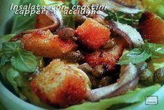 Insalata con capperi e acciughe è un contorno sfizioso e molto gustoso, arricchita da crostini di pane dorati.