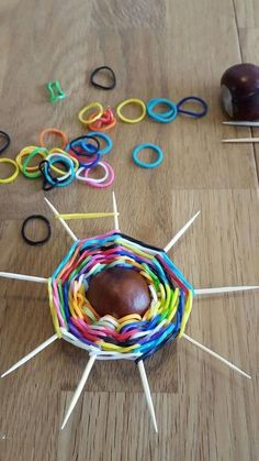 Herfstknutsel met loom-elastiekjes – - How To Make Things Diy For Kids, Crafts For Kids, Diy And Crafts, Arts And Crafts, Rainbow Loom Bracelets, Pine Cone Crafts, Autumn Crafts, Weaving Projects, Loom Bands