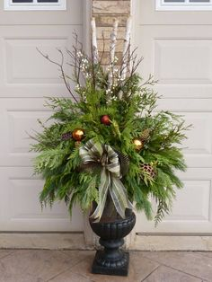 30 + Amazing Front Porch Weihnachten Deko-Ideen - Christmas Time at Davis House - Christmas Urns, Outdoor Christmas Decorations, Winter Christmas, Christmas Home, Christmas Wreaths, Holiday Decor, Winter Porch, Outdoor Christmas Planters, Christmas Front Doors