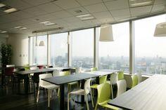 社員食堂「YEDO CAFE」。グーグルでは一日三食が無料で社員にふるまわれる。テーブルだけでなく座敷スタイルのスペース「和(なごみ)」があるのも東京オフィスならでは。