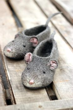 Mouse woman slippers 2020 Chinese lunar New Year custom mice rat felted personalized natural wool girl clogs shoes christmas gift Filzen Needle Felted Animals, Felt Animals, Funny Animals, Wet Felting, Needle Felting, Girls Clogs, Felt Shoes, Wool Shoes, Comfortable Flats