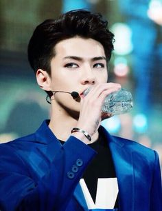 Sehun gracefully quenching his thirst. His eyes love them so much!