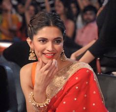 Deepika Padukone in Red. Indian Hairstyles, Bun Hairstyles, Wedding Hairstyles, Bollywood Fashion, Bollywood Actress, Deepika Padukone Saree, Deepika Padukone Hairstyles, Sonam Kapoor, Divas