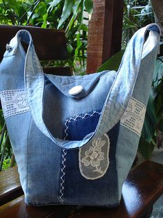 denim bag with lace Patchwork Bags, Quilted Bag, Denim Patchwork, Jean Purses, Diy Sac, Denim Purse, Denim Ideas, Denim Crafts, Recycled Denim