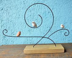 Escultura de arame e passarinhos em cerâmica com base de madeira Wire Crafts, Wooden Crafts, Metal Crafts, Diy Arts And Crafts, Clay Crafts, Metal Art, Wood Art, Boho Decor, Art Decor