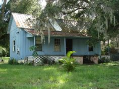 Fort Meade, Florida has a lot of interesting old neighborhoods with authentic Old Florida cracker houses.