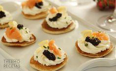 Blinis con salmón ahumado y caviar - http://www.thermorecetas.com/2014/12/25/blinis-con-salmon-ahumado-y-caviar/