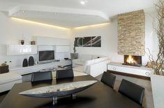 Soggiorno contemporaneo con struttura sul soffitto in cartongesso che delimita la zona TV. Le decorazioni in cartongesso sono molto gradevoli dal punto di vista estetico, abbellendo gli spazi a proprio piacimento.