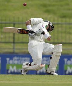 Un Bateador de Pakistán evita un golpe durante el primer día del test match de cricket tercio entre Pakistán y Sri Lanka, en Pallekele (Eranga Jayawardena/AP)