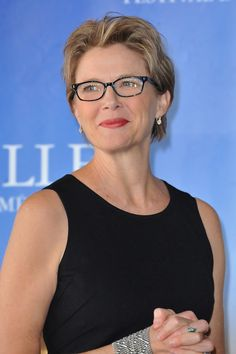 Annette Bening Photos - Actress Annette Bening attends the photocall for the film 'The Kids Are Allright' during the Deauville American Film Festival on September 2010 in Deauville, France. - 'The Kids Are Allright' Photocall - Deauville Film Festival New Glasses, Girls With Glasses, Ladies Glasses, Annette Benning, Stylish Older Women, Short Hairstyles Over 50, Bros, Honey Hair, Mature Fashion