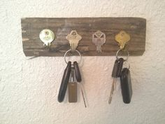 DIY Key Holder Using Old Keys. Here is another opinion regarding DIY key holders. Get old and unwanted keys bent and secured them on a rectangle piece of wood. A functional and cheap key holder is here for you. Old Key Crafts, Recycled Crafts, Wood Crafts, Diy Projects To Try, Wood Projects, Craft Projects, Craft Ideas, Diy Ideas, Home Decoracion