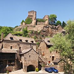 Le village de Belcastel est un des plus beaux villages d'Aveyron. Il est dominé par la silhouette de son chateau. Remontant au minimum au 13°s, le château a été abandonné au 18°s. Au 20°s il a été totalement restauré de façon exemplaire ainsi qu'une bonne partie  des maisons du village, lui aussi largement en ruine Amazing Photography, Travel Photography, Beau Site, Beaux Villages, Medieval, Beautiful Places, Scenery, Places To Visit, Minimum