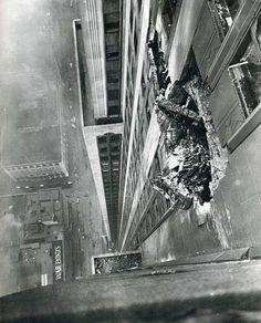 B-25 Empire Building Crash. De piloot van een B-25 Mitchell bommenwerper vloog door de dichte mist in The Empire State Building in New York. 1945.