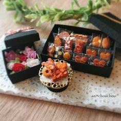ミニチュア焼き菓子とフラワーボックスのセットが完成です✨ヤフオクに出品しておりますよかったら是非見に来てください✨ ※プロフィール欄のURLより飛べます✈︎ #ミニチュア #ハンドメイド #ミニチュアスイーツ #フェイクスイーツ #粘土 #クレイクラフト #食品サンプル #シルバニア #ドールハウス#焼き菓子 #フラワーボックス #ヤフオク #miniature #handmade #dollhouse #cookies #flower #airdryclay