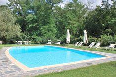 ITALIE - Toscane - n de groene heuvels, paar km van Lucca ligt deze Villa. Hier kan je met 10-16 personen logeren dus ideaal voor een grote familie of 2 gezinnen. Pisa ligt op 35 km, Lucca is dichtbij dus weer een ideale mix voor een cultuur- en relax vakantie.  http://www.mrsnomad.nl/accommodaties/131-villa-lucca-kust-italie/