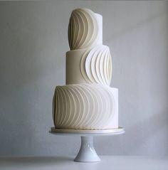 Black Wedding Cakes, Wedding Cakes With Flowers, Beautiful Wedding Cakes, Beautiful Cakes, Modern Wedding Cakes, Flower Cakes, Cake Wedding, Purple Wedding, Simply Beautiful
